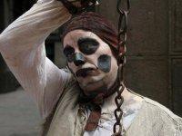 uomo con una catena a barcellona