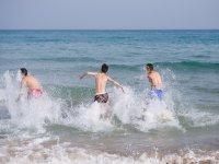 Entrando en el agua del Mediterraneo
