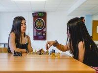 Jugando al ajedrez en la residencia