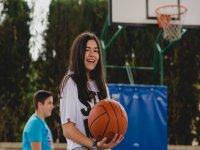 Jugando al baloncesto durante el camp