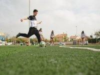 Corriendo para golpear el balon