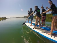 Remando en la tabla gigante de sup