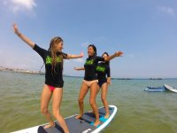 Chicas a bordo de la tabla de sup
