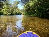 Avanzando por el río con la tabla de paddle surf