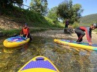 Amigos haciendo paddle surf en el río Eo