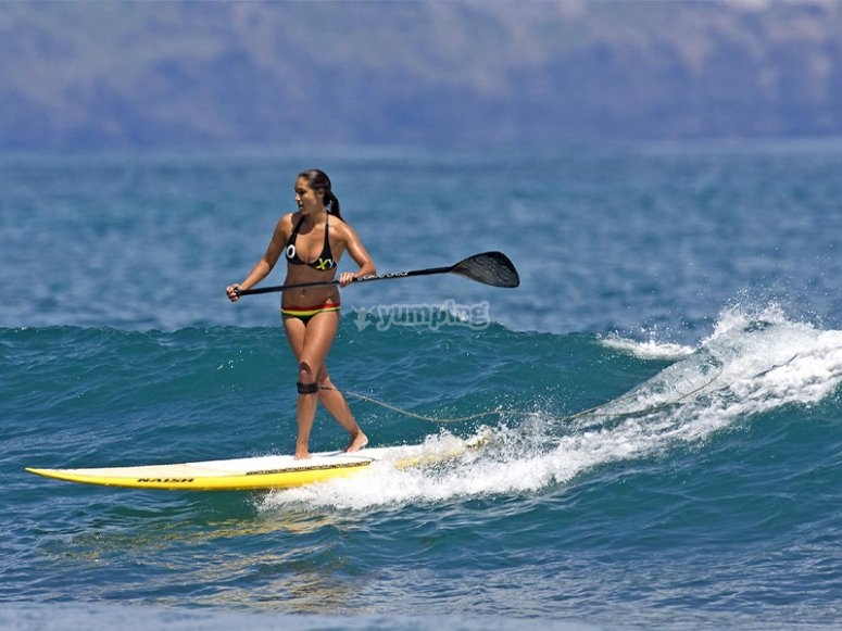 Cogiendo olas en paddle surf