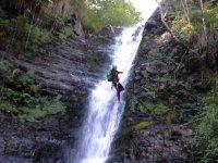 登山运动在峡谷瀑布攀岩高水平