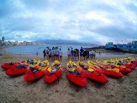 Preparando los kayaks en Las Palmas