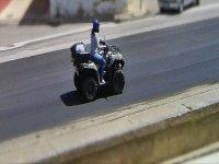 conduciendo un quad por una carretera