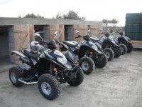 cuatro quads listos para ser conducidos