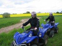 dos personas disfrutando de un recorrido en quad