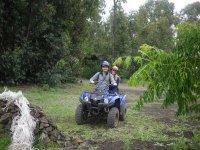 una pareja disfrutando de un recorrido en quad