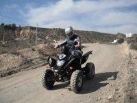 chico disfrutando de una ruta en quad