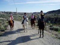 madres y ninas disfrutando de una excursion a caballo