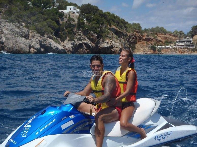Moto de agua biplaza en la costa de Ibiza