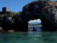 Bajo la roca con el kayak