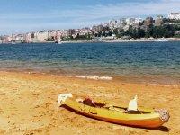 Kayak en la orilla del mar