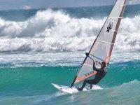 Haciendo windsurf con grandes olas