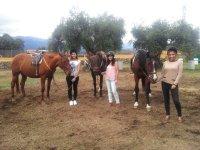 En la pista sujetando a los caballos
