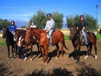 Con cascos para montar a caballo