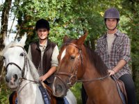 Pareja en sus caballos