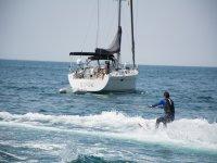 帆船旁的滑水