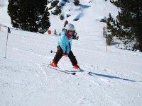 标志学会在一个安静的家庭滑雪