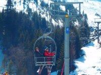 儿童和成人单板滑雪
