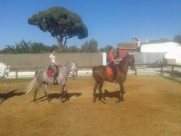 Jóvenes a caballo en la pista