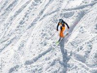 在斜坡上滑雪