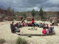 Sentados en circulo en el campamento de Granada