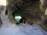 Barranquistas bajo las rocas