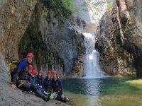 Descansando al pie de la cascada