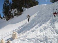 Bajando la pendiente cubierta de nieve