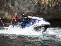 在摩托艇游览两个