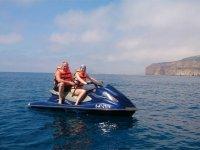 En moto de agua frente a la costa