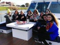 Brindando en el barco en el Guadalquivir