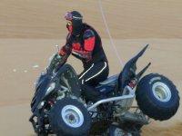 a dos ruedas en la arena