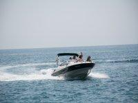在巴塞罗那乘快艇旅行