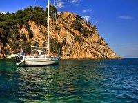 托萨海岸的船