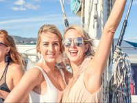 Celebrando la despedida de soltera en el barco