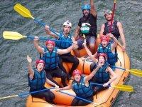 Saludando en la balsa desde el rio