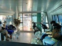 Pasajeros del barco con gafas 3d