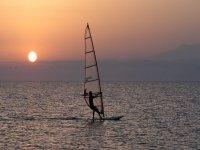 日落时的风帆冲浪