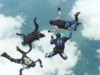 personas saltando