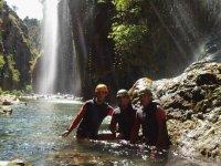 Junto a la cascada del barranco
