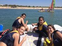 Alumnos del campamento compartiendo embarcacion