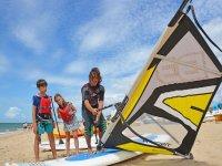 Monitor preparando la tabla de windsurf