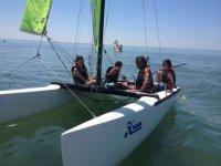Navegando en Hobie Cat durante el campamento