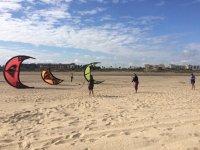Clases de kite en la arena de la playa